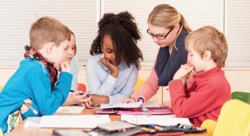 UnterrichUnterricht in kleinen Gruppen in der Raiffeisen Grundschule Feuerbacht in kleinen Gruppen